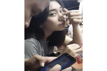 [VIDEO] La asquerosa venganza de esta chica a su novio que no le prestaba atención y sólo tenía ojos para su móvil