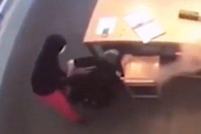 Este ladrón desarma a un policía torpe y le apunta con su pistola durante un robo en Texas