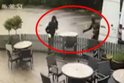 Estos ladrones se levantan en 2 minutos el mobiliario externo de un pub