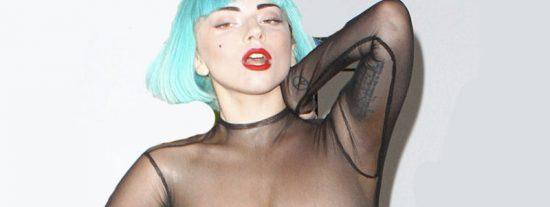 """Lady pasea sus mini """"Gagas"""" con un sujetador transparente por un aeropuerto y se lo pasa teta"""