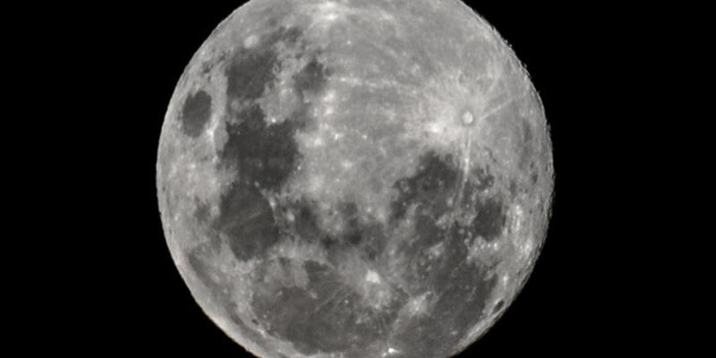 Todo lo que debes saber sobre la rara sustancia descubierta en la cara oculta de la Luna recientemente