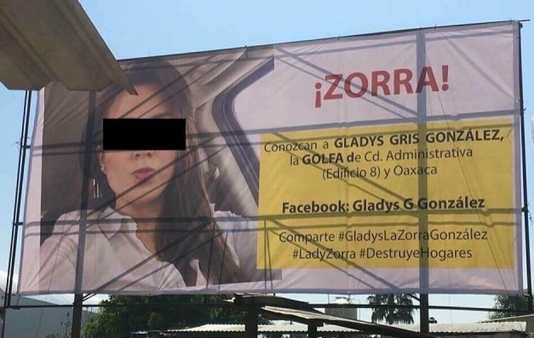 Cuelgan varios carteles con la foto de su vecina para acusarla de robarles los esposos