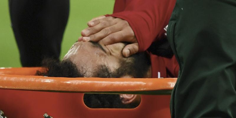 Mohamed Salah es retirado del campo en camilla y llorando desconsolado