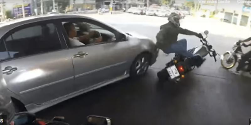 Este conductor de un coche se salta un semáforo en rojo y le parte las piernas al motociclista