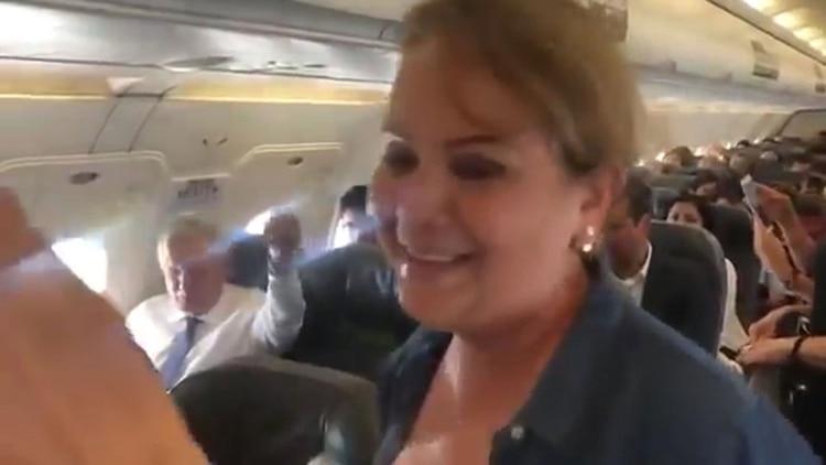 Vídeo: Le cantan una 'serenata' a López Obrador en pleno vuelo con todo y mariachis