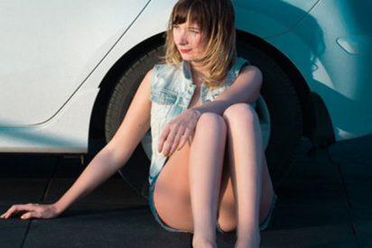 Cornuda pasea a su marido desnudo sobre un coche como castigo por su infidelidad
