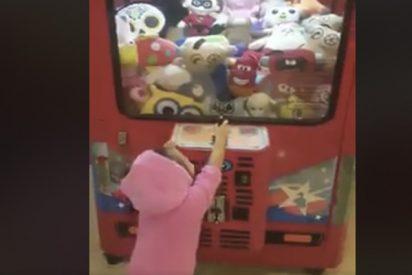 [VIDEO] El truco de esta niña para ganar siempre en la máquina de peluches revoluciona la red