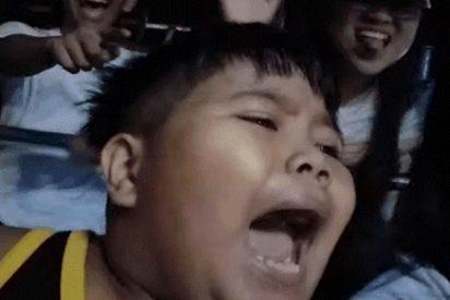 [VIDEO] Este niño sube por primera vez a un peligroso juego mecánico y su insólita reacción se hace viral