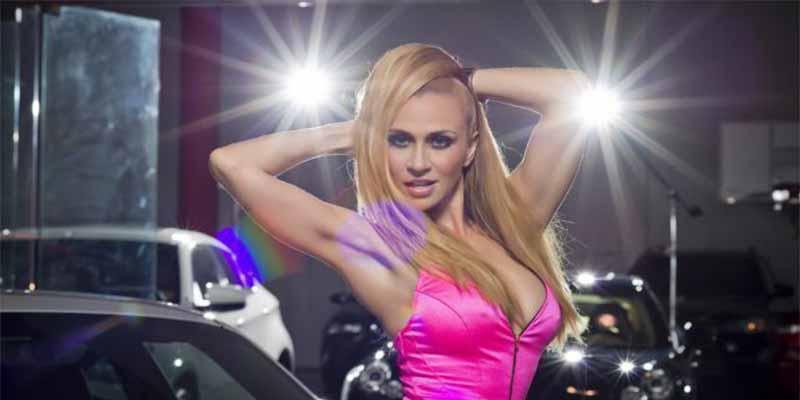 Sólo dos estrellitas para tapar el cuerpo de Noelia, la cantante que saltó al porno