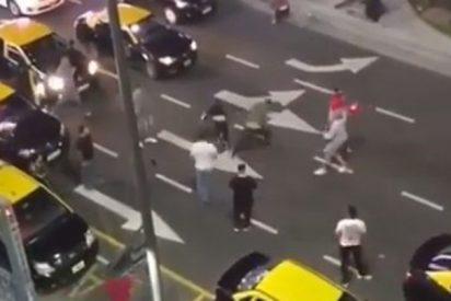 Vídeo: Taxistas argentinos emboscan a un Uber venezolano y termina en batalla campal