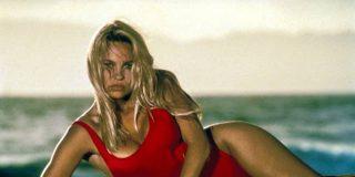 Pamela Anderson, como en sus años mozos: en ropa íntima y posando sobre la cama