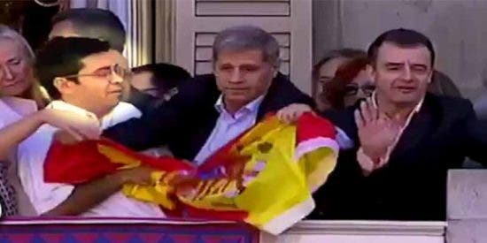 Pablo Iglesias sienta en la mesa del Congreso al separatista argentino que quitó la bandera de España del Auntamiento de Barcelona