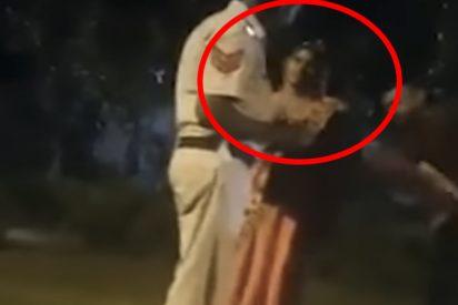 Graban a estos 5 policías indios dándole una paliza a una mujer con un cinturón