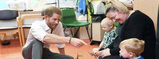 La emotiva reacción del principe Harry cuando un niño enfermo le dio un obsequio para su hijo Archie