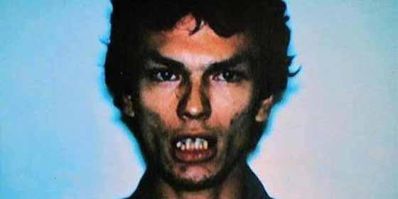 """El """"acosador nocturno"""" Richard Ramirez, asesino en serie y seguidor de satanás que conmocionó al mundo"""