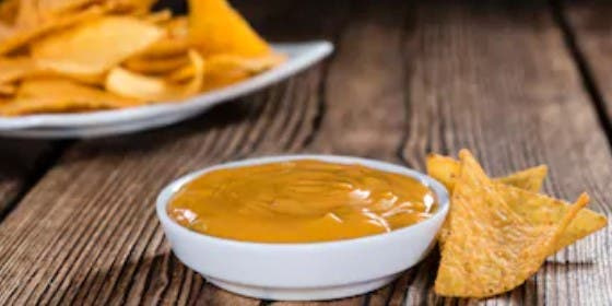 Salsa de queso para nachos rápida, (5 minutos)