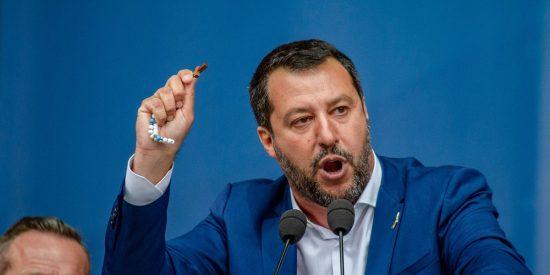 La Iglesia católica ataca a Matteo Salvini por mostrar un rosario en un acto político