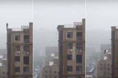 Vídeo: Pretendía hacerse una selfie épica pero resbaló desde lo más alto del edificio en la India