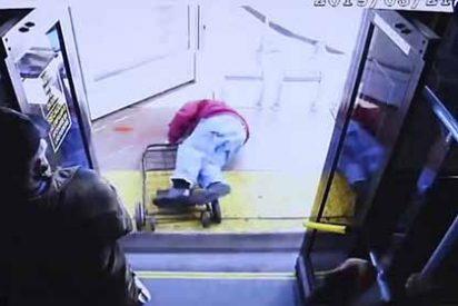 El anciano implora amabilidad pero la ruin mujer lo tiró del bus y acabó con su vida