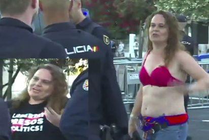 La hincha que tuvo que ver la debacle del Barça en sujetador por intentar provocar con una camiseta a favor de los golpistas