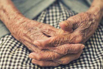 Primero falleció la cuidadora y después murieron de hambre la anciana y su perrito