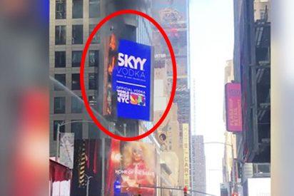 Momento en el que se incendia un cartel digital en Times Square en Nueva York