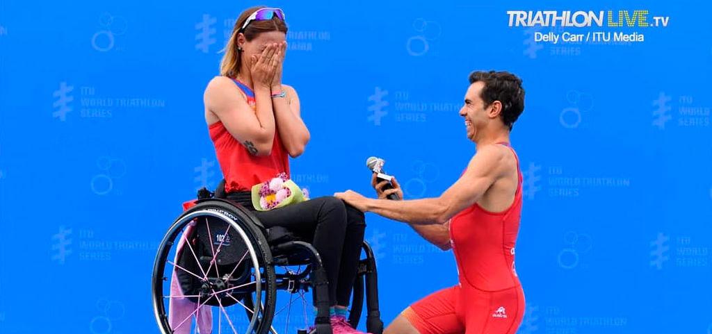 Romántica petición de mano en el podio a la triatleta paralímpica, Eva Moral