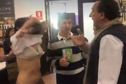 Una apoderada de ERC se 'desnuda' al pedirle el de VOX que se quite su ilegal camiseta independentista