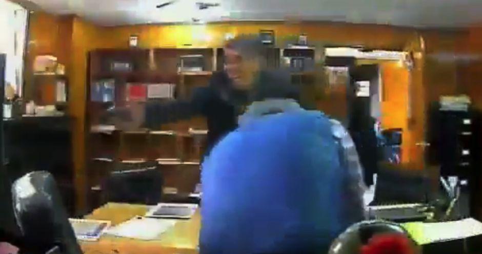 El escalofriante vídeo de un sicario disparando en la cabeza a un abogado en su propia oficina