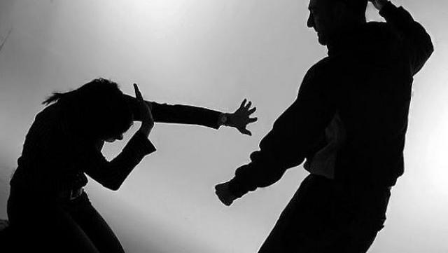 El terrible vídeo de un hombre golpeando salvajemente a su pareja frente a sus hijos