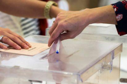 Una mujer vota acompañada de la Policía al estar su acosador en la mesa electoral como vocal