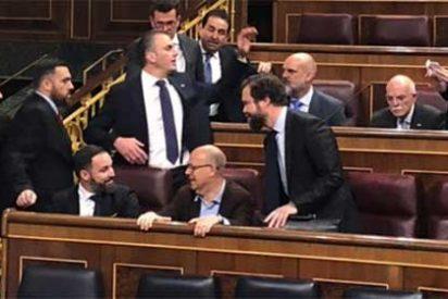 Abascal manda desde el primer día un mensaje a Pedro Sánchez: VOX se sienta justo detrás del presidente en funciones para 'controlarle'