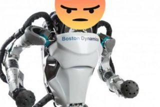 Robot humanoide apunta con una pistola a sus creadores