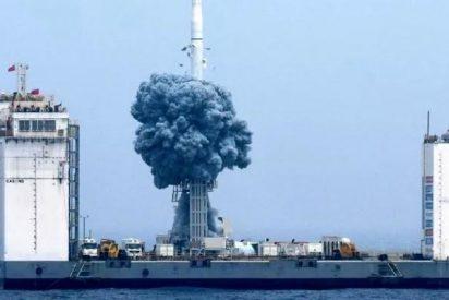 Los chinos lanzan por primera vez un cohete desde una plataforma marina