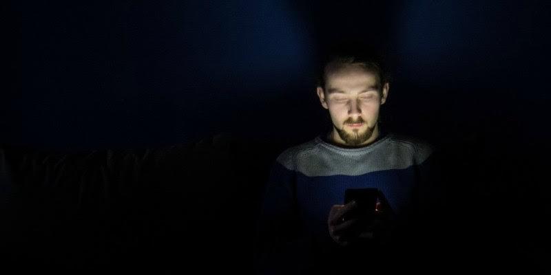 ¿Te sientes más solo a pesar de estar todo el día conectado?