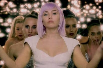 Miley Cyrus se da un baño desnuda disfrazada de su último personaje de Netflix, Ashley O