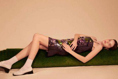 Vestido de Lexdeux, pendientes de Ginger & Velvet, calcetines de Calzedonia y zapatos de Camper