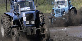 Este tractor a todo gas se sale de pista durante un 'rally' en Rusia y casi atropella a los fotógrafos