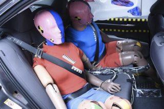 El lugar más seguro en un accidente de coche no es el asiento trasero como se pensaba
