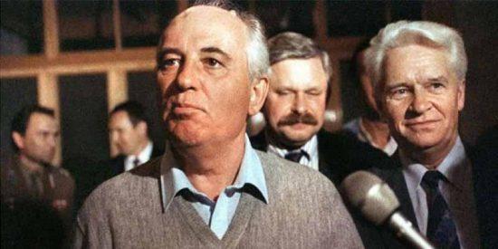 El vicepresidente Rutskói detrás de Gorbachov, el 21 de agosto de 1991.