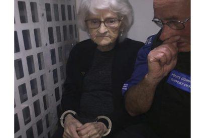 Esta anciana de 93 años cumplió su mayor deseo en esta vida; ser mala por un día y que le arrestara la policía