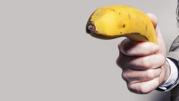 Enchironan a un tipo por atracar un banco armado con un plátano
