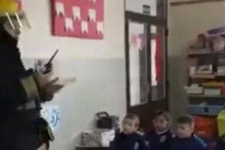 Este bombero visita una guardería y la reacción de los niños fue diabólica