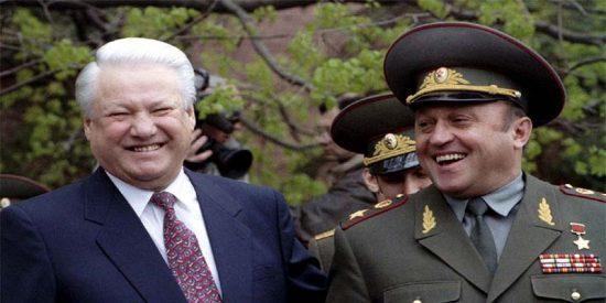 El presidente ruso Boris Yeltsin con el poderoso general Pavel Gratchev.