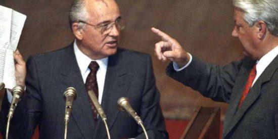 Boris Yeltsin conmina a Mijail Gorbachov a disolver el PCUS, en 1991.