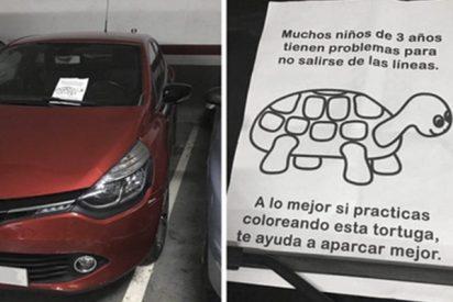 Las redes aplauden este cartel que alguien dejó en un coche que ocupaba dos plazas de aparcamiento