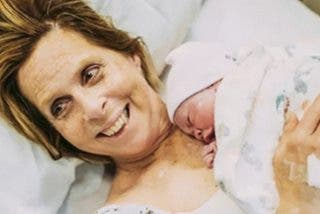 Esta mujer de 61 años que dio a luz a su propia nieta 'tiene el cuerpo de una niña de 40 años', según su doctora