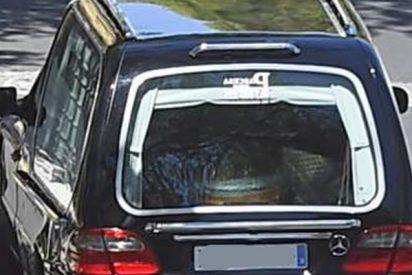 Despiden a un conductor de este coche fúnebre por poner música popular a la hija del difunto