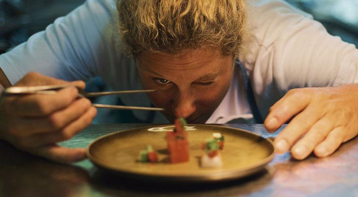 ¿Puede un restaurante obligarme a compartir mesa con otro cliente?
