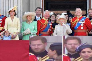 """""""¡Date la vuelta!"""": el príncipe Harry riñe a Meghan Markle en el balcón de Buckingham Palace"""